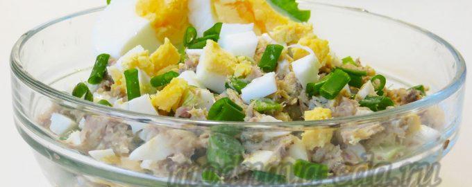 Салат из рыбных консервов с яйцами и зелёным луком