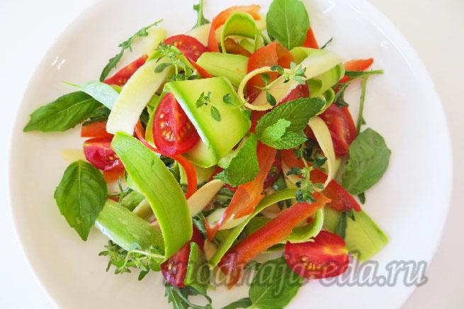 Салат из свежих кабачков с овощами
