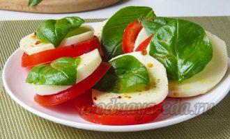 Капрезе - помидоры, сыр, базилик