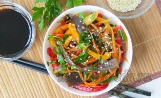 Салат из маринованных баклажанов с овощами и кунжутом
