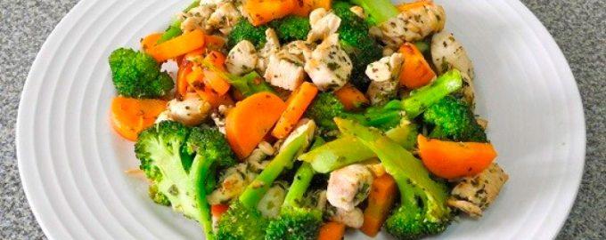 Тушёная курица с брокколи и морковью