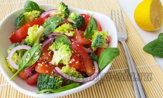 Салат с брокколи, томатами, шпинатом
