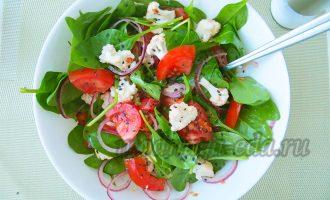 Салат из цветной капусты, томатов и шпината