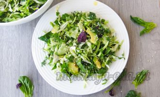 Зелёный салат с молодой капустой и авокадо