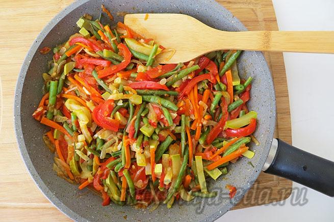 Овощи на сковороде быстро обжаренные