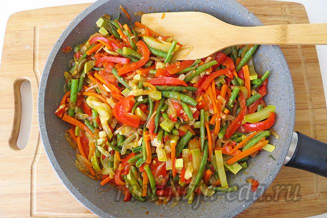 Овощи на сковороде с зеленью