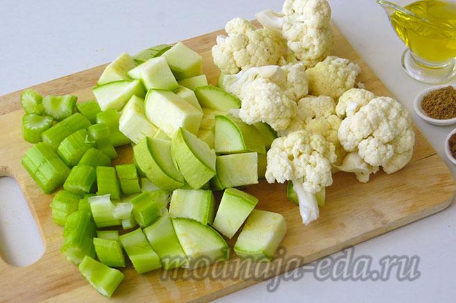 Овощной суп-пюре с нутом. Нарезанные овощи.