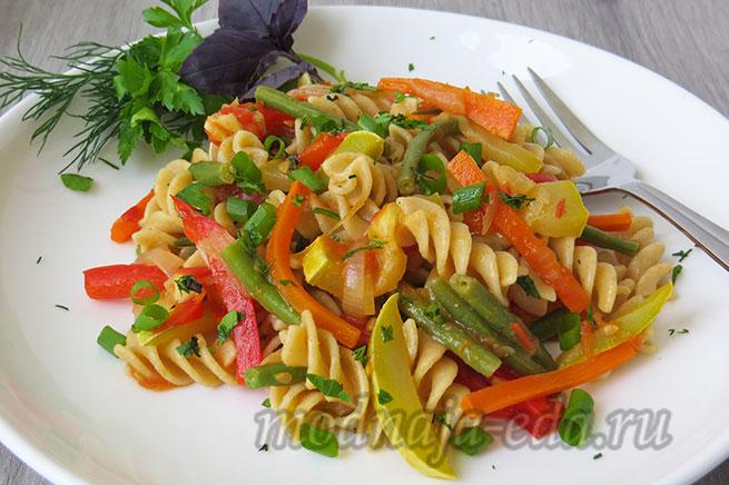 Паста с овощами на сковороде