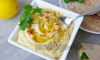 Хумус с зеленью и оливковым маслом