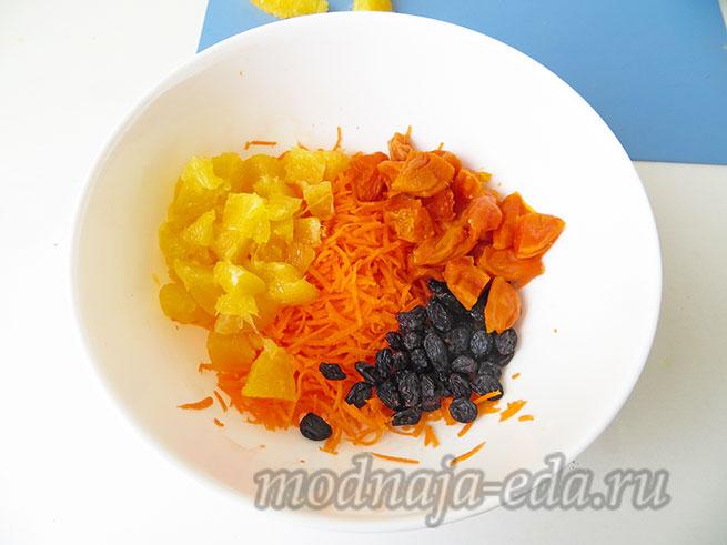 Салат из свежей моркови перед смешиванием