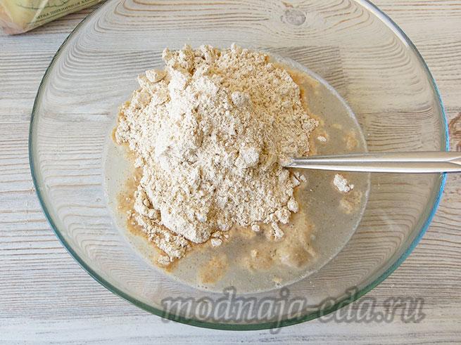 Тесто для хлеба: закваска, мука, вода