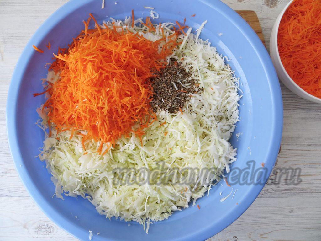 Квашеная капуста, нарезанные овощи
